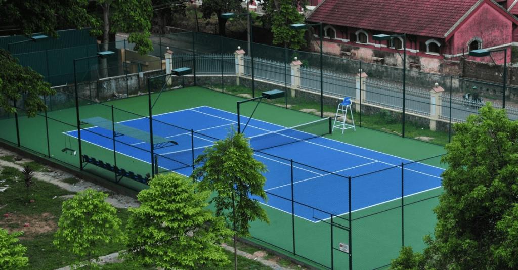 Sân tennis lắp 8 cột, dùng đèn chiếu sáng metal halide 1000W